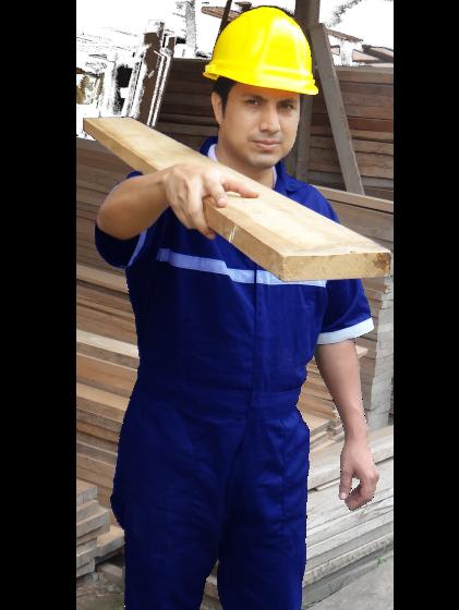 Hombre cargando tabla, perteneciente a la empresa maderera - Maderas La Primavera