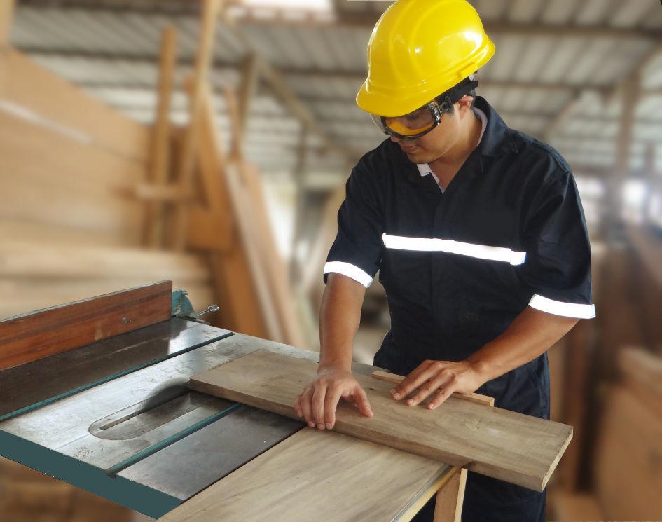 Hombre cortando madera con máquinaria, perteneciente a la empresa maderera - Maderas La Primavera